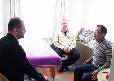 最初にカウンセリング。左から通訳のロベルトさん(アクシス・ムンディ代表)、ヤン・プレターネックさん、右端は[ベルチェレスタ]代表・池嶋