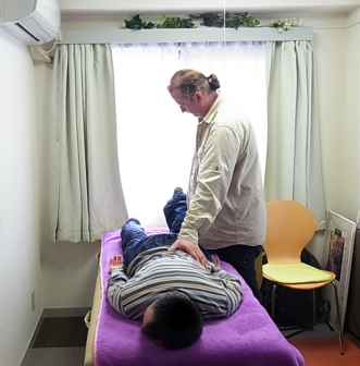 ベッドにうつぶせになり骨や筋肉などを修復していきます