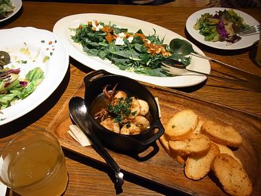 フラワーズコモンの食事:サラダやアヒージョ