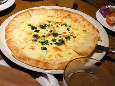 フラワーズコモンのピザ。蜂蜜かけて食べます。美味しい!