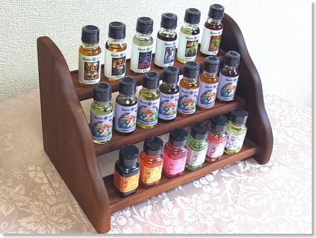 フラワーエッセンスやマジカルオイルを並べて飾る木製ラック